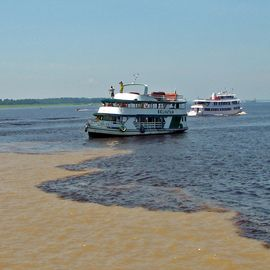 boot bij Meeting of the waters manaus brazilie
